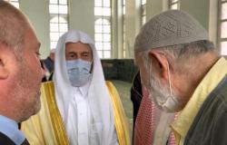 شاهد.. معاق بوسني يستوقف وزير الشؤون الإسلامية بجامع الملك فهد للسلام عليه