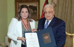 الرئيس الفلسطيني يمنح الفنانة صابرين وسام الثقافة للعلوم والفنون
