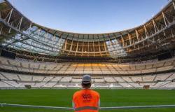 قطر تعلن الانتهاء من فرش الأرضية العشبية لملعب نهائي كأس العالم 2022
