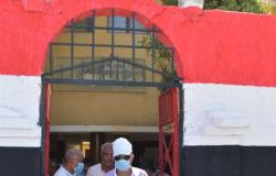 محافظ أسوان يفاجئ المسؤولين بزيارة مدينة كوم أمبو ويقرر صرف 20 ألف جنيه لمدرسة النجاجرة