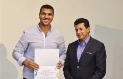وزير الشباب يكرم الزميل محمود الخواص بعد فوزه بجائزة «ستريت وورك أوت»