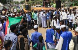 مئات السودانيين يعتصمون للمطالبة بسلطة عسكرية