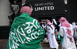 شاهد.. حملوا أعلام المملكة وصور الملك وولي العهد.. جماهير نيوكاسل تحتفل بأول مباراة تحت الإدارة السعودية