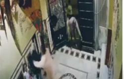 فيديو رجل يضرب زوجته بالإسكندرية في مدخل عمارة.. و«الداخلية» تكشف الحقيقة