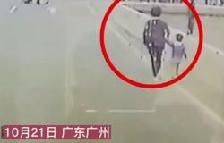 فيديو مروّع.. شاهد ما فعله سائق حافلة مع أم وطفلها