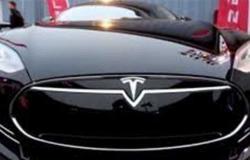 سهم تسلا للسيارات الكهربائية يحلق فوق 1000 دولار لتتخطى القيمة السوقية للشركة التريليون دولار