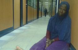 سيدة نيجيرية تفترش مطار القاهرة وترغب فى العودة لبلادها