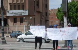 """بالصور.. فتيات يتظاهرن ضد انقطاع الكهرباء ويؤكدن """"مش عارفين نذاكر"""""""