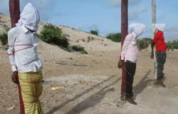 بالصور.. إعدام 3 صوماليين من «الشباب» بتهمة الإرهاب رميا بالرصاص
