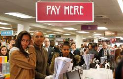 بالصور.. «أوباما» يشتري الكتب مع ابنتيه لدعم المتاجر الصغيرة