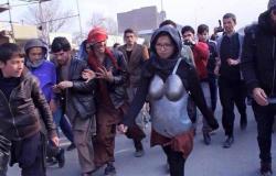بالصور.. فتاة أفغانية تسير فى الشوارع بدروع حديدية خوفا من التحرش