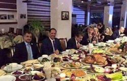 نشطاء يسخرون من اجتماع للمعارضة السورية أمام وليمة فخمة لحل أزمة اللاجئين