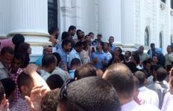 وقفة للعاملين بالمحاجر أمام مبنى محافظة المنيا للمطالبة بالرواتب