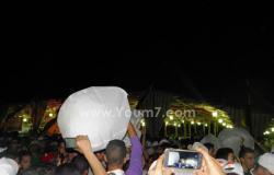 بالصور.. شباب يطلقون 500 بالونة هيليوم عليها أعلام مصر بموقع قناة السويس