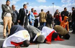 أهالى العائدين من ليبيا: القيادة المصرية أعادة لنا الحياة وسجدنا لله شكرا